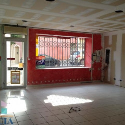 Location Local commercial Corneilhan 42 m²