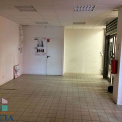 Location Local commercial Trets 44,4 m²