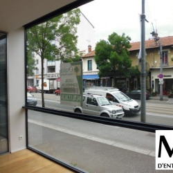 Location Local commercial Bron 166 m²
