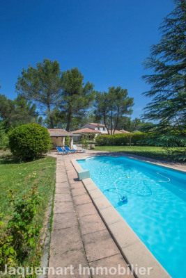 Villa d'environ 220 m² sur terrain 8600 m² avec piscine
