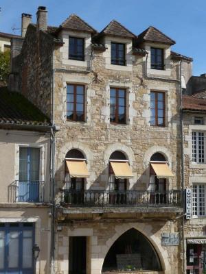 Bel immeuble 19ème Puy l Eveque