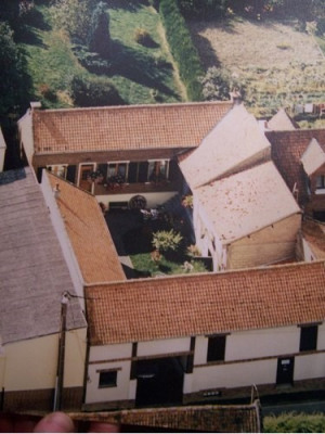 Ancien cours de ferme cheminée sur 800m² de terrain