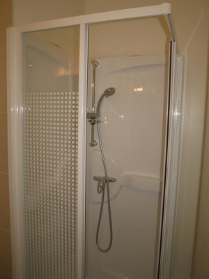 Location - Appartement 2 pièces - 30 m2 - Limonest - Douche - Photo