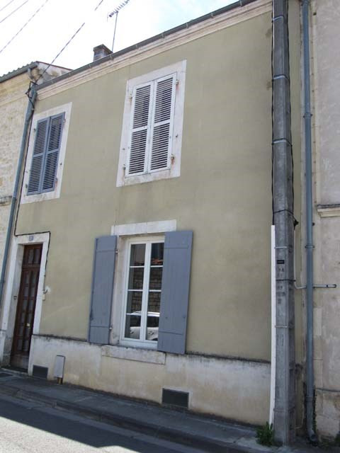 Sale house / villa Saint-jean-d'angély 69800€ - Picture 1