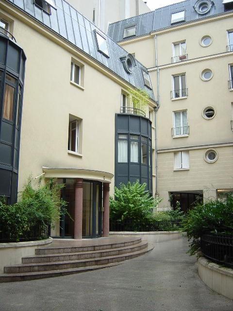 Rental apartment Paris 9ème 1590€ CC - Picture 1