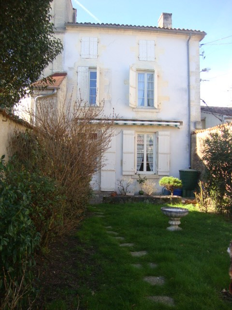 Sale house / villa Saint-jean-d'angély 117 100€ - Picture 1