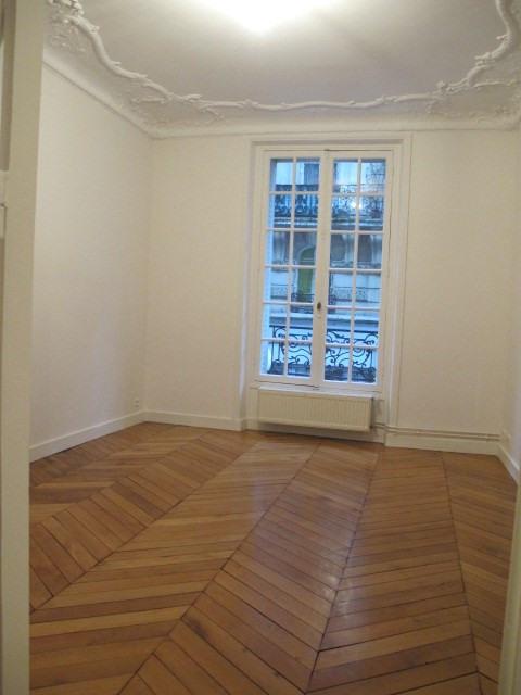 Location appartement Paris 18ème 2015€ CC - Photo 5