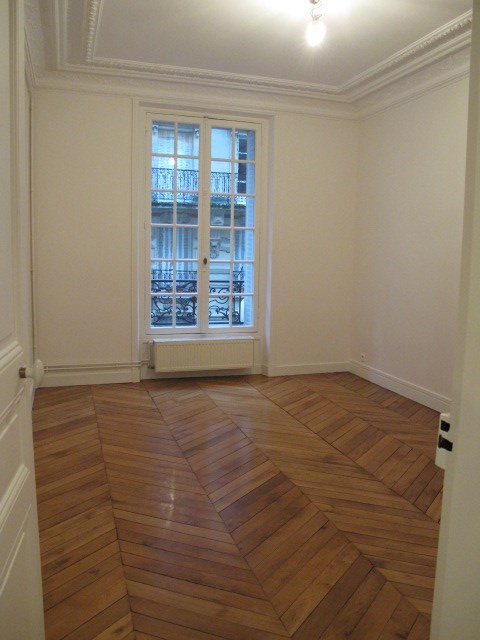 Location appartement Paris 18ème 2015€ CC - Photo 4