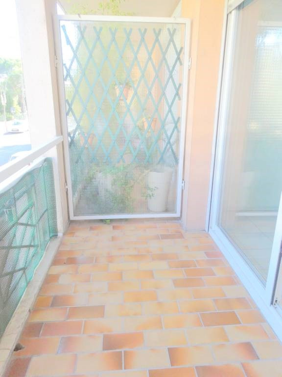 Rental apartment Les angles 734€ CC - Picture 3