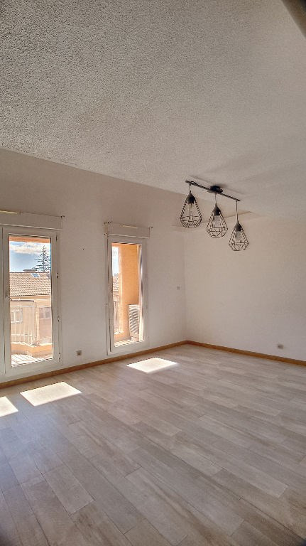 Sale apartment Saint laurent du var 390 000€ - Picture 3