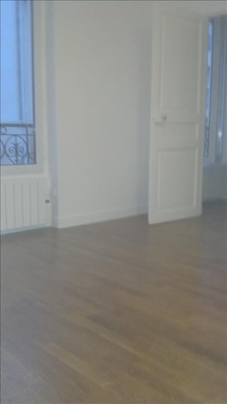 Locação apartamento Paris 18ème 888€ CC - Fotografia 1