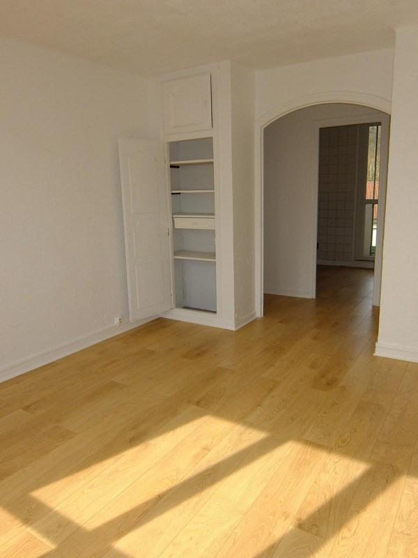 Rental apartment Charbonnieres les bains 700€ CC - Picture 1