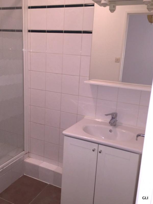 Rental apartment Bron 740€ CC - Picture 2