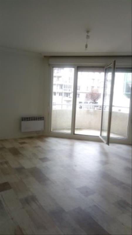 Rental apartment Paris 18ème 1340€ CC - Picture 1