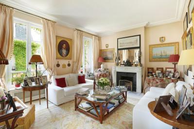 Neuilly-sur-Seine – A near 200 sqm apartment in a private mansio
