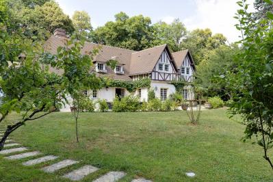 Marnes-la-Coquette – A delightful family home in a private resid