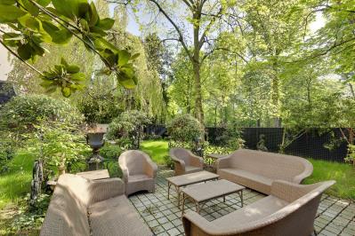 Neuilly-sur-Seine. An elegant garden-level apartment.