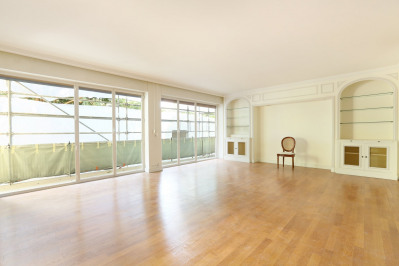 Neuilly-sur-Seine. A bright two-bed apartment.