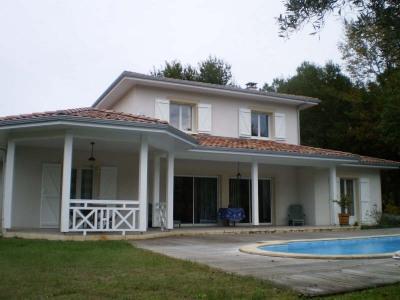 Andernos, dans un quartier résidentiel et au calme, cette villa de standing sur 2 niveaux présente des pr ...