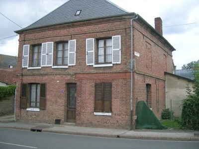 OISEMONT Maison en briques comprenant couloir, cuisine équipée ouverte sur séjour, salon, chaufferie, sa ...