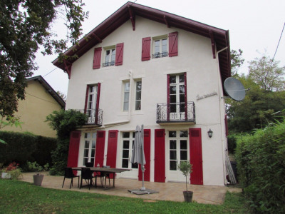 Maison bourgeoise proposant logement avec 4 chambres, salon