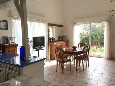 ANDERNOS plein centre, idéalement située, maison récente en excellent état: Elle offre un lumineux séjour ...