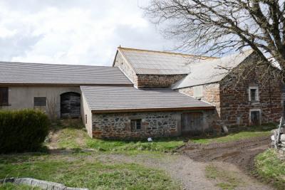 Corps de ferme isolé à rénover vue sur le lac de Saint Front