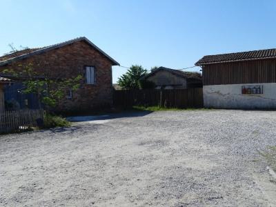 Terrain avec deux granges