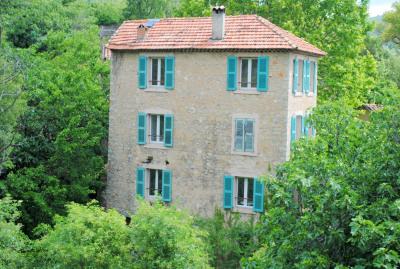 Maison en pierres, au coeur du village