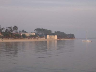 Andernos coté bassin, au calme et à 300m de la plage, terrain cloturé de 310m², permettant construction  ...