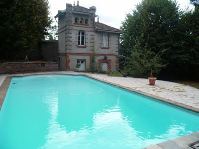 Maison de maître avec piscine maison de gardien et grand t