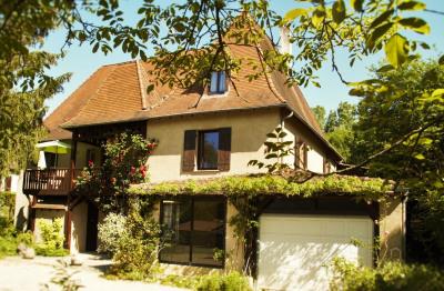 Grande Maison au centre d'un village, idéal pour installer