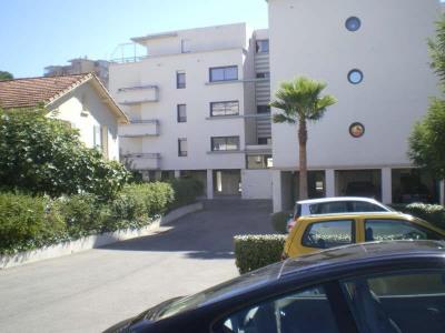 LOCATION A L'ANNÉE à Saint Raphaël: Un appartement T3 de 70 m² dans une résidence sécurisée proche commod ...