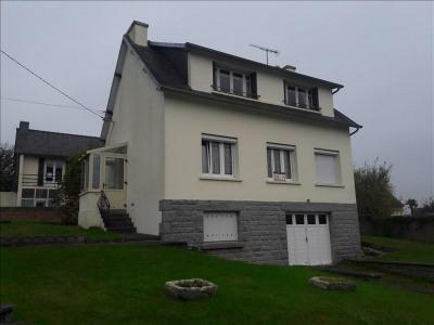 A vendre maison en plein coeur du bourg comprenant 3 chambres, un bureau, cuisine ouverte sur salle-salon ...