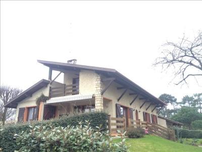 Andernos, à proximité du centre et de la plage, cette belle maison de 180 m² est située en position domin ...