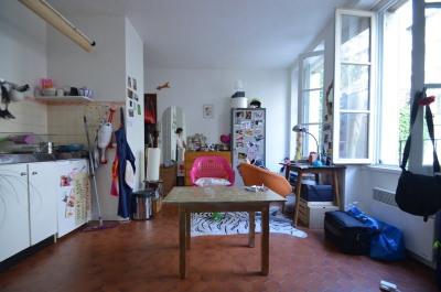 Studio à louer Paris 17e mobrochantdans immeuble ancien..