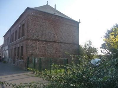 Ancien commerce et habitation située entre Aumale et Forges les