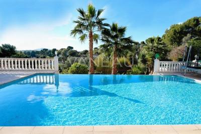 Rastines, Villa récente avec piscine à débordement