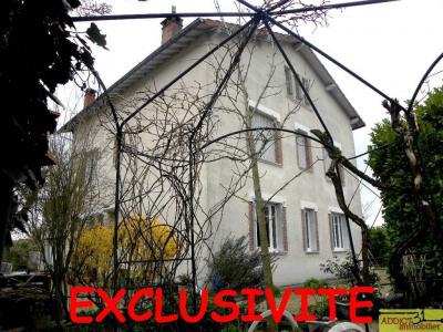 Maison bourgeoise sur une parcelle arborée et clôturée