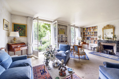 Neuilly-sur-Seine. A bright apartment overlooking leafy greenery