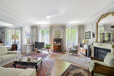 Neuilly-sur-Seine. A spacious family apartment.
