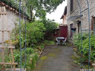 Maison avec extérieur et garage