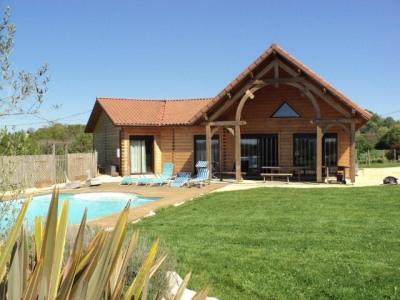 Villa atypique contemporaine construction bois avec picine