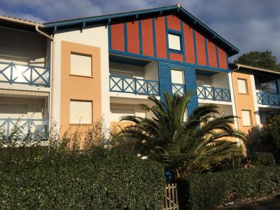 Dans une résidence toute proche port, boutiques et plages