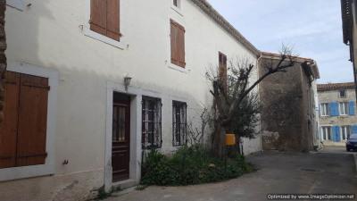 Proche Carcassonne. Maison vigneronne avec cour et dépendances