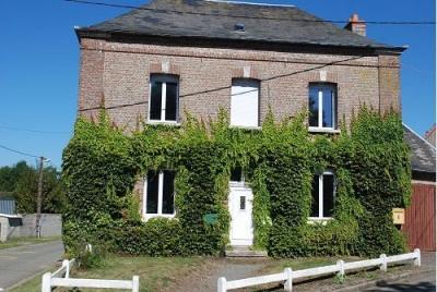 SECTEUR OISEMONT Maison en briques comprenant cuisine, salle à manger, salon. A l'étage: palier, 4 chamb ...