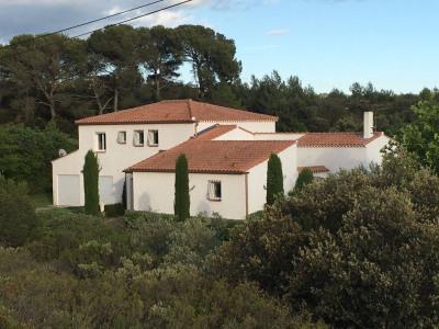 Villa d'environ 320 m² sur terrain avec piscine de 10000 m²