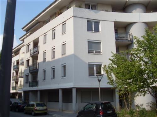 Location appartement Lyon 8ème 849€ CC - Photo 1