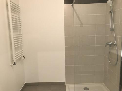 Location - Appartement 2 pièces - 42,5 m2 - Ecully - SALLE D'EAU - Photo