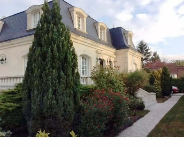 Deluxe sale house / villa Beauchamp 720 000€ - Picture 1